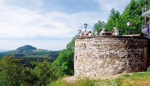 Das Rondell an der Enzianhütte mit Blick auf die Milseburg