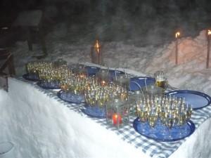 So bleibt der Sekt schön kalt: Die aus Schnee gebaute Sektbar